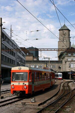 st  gallen: Estaci�n de ferrocarril y un tren en St Gallen, Suiza