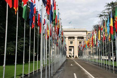 united nations: Palacio de las Naciones - sede de las Naciones Unidas en Ginebra, Suiza. Banderas de todos los pa�ses.