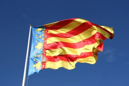 autonomic: Bandiera della Comunidad Valenciana, regione della Spagna. Spostamento nel vento.