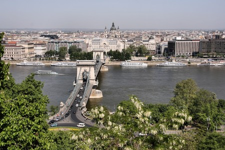 szechenyi: Hermosas vistas de la ciudad capital h�ngara, Budapest. Incluye: r�o Danubio, el Puente de las Cadenas (Szechenyi), bas�lica de San Istvan, buques y otros edificios. Foto de archivo