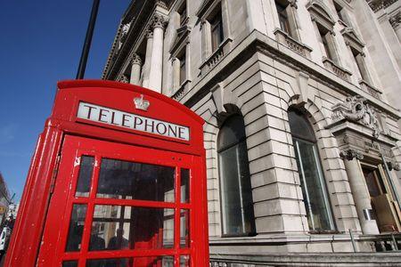 cabina telefonica: Londres t�pica cabina de tel�fono rojo - s�mbolo de la Gran Breta�a. Foto de archivo