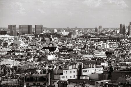 montmartre: La ville de Paris vu de la colline de Montmartre. Noir et blanc.