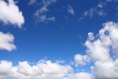 skyscape: Hermosa skyscape fondo. Las nubes blancas y textura id�lico de cielo azul. Foto de archivo
