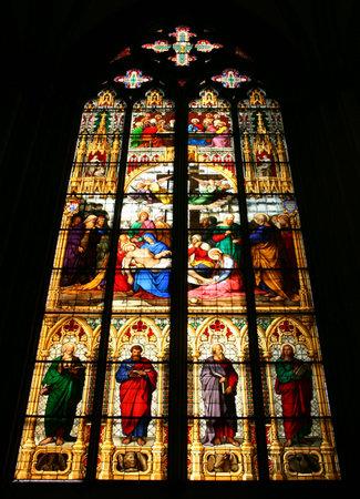 glas kunst: Dom van Keulen gekleurd glas kunst van bijbelse verhalen en heiligen. Het centrale motief is St. Mary houden lichaam van Jezus Christus na de kruisiging. Redactioneel
