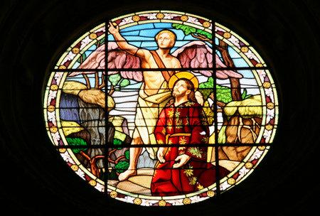 glas kunst: Kathedraal in Palencia, Spanje. Mooie glas-in-lood kunst beeltenis van een engel en Jezus Christus.