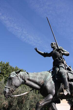 don quichotte: Chevalier fiction c�l�bre - Don Quichotte de histoire Cervant�s. Statue de Madrid. Banque d'images