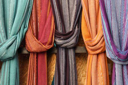 bufandas: Chales coloridos o scarfes en un puesto del mercado. Compra de accesorios de moda.