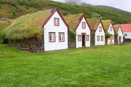 Tipiche case rurali tappeto erboso in Islanda. L'architettura antica con tetto d'erba - Lauf�s. Archivio Fotografico - 5723105