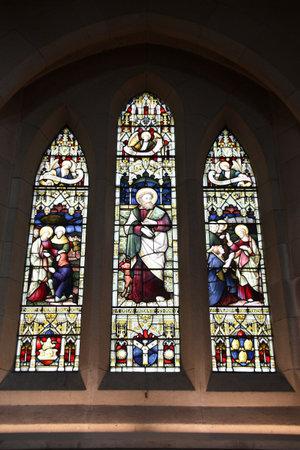 ルーク: クライストチャーチの英国国教会大聖堂のステンド グラス。ニュージーランド。中心になる人は聖ルカです。 報道画像