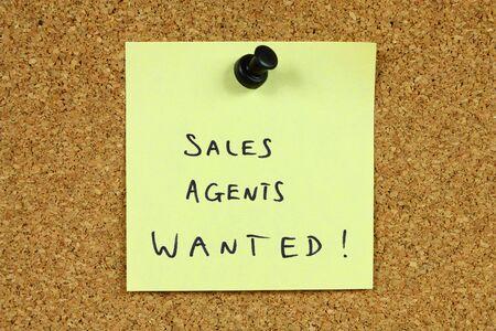 new recruit: Nota adhesiva amarilla cubri� a un tabl�n de anuncios de oficina. Agentes de ventas quer�an - empleo y mensaje de reclutamiento de carrera.