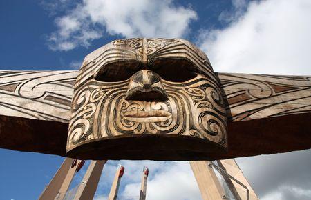 maories: Talla maor� - mascarilla tallada en la madera. Rotorua, Nueva Zelanda.