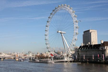 głosowało: LONDON - 20 stycznia: Famous London Eye i rzeki Tamizy na 20 stycznia 2009 r. w Londynie. On turystyczne górny punkt aktywny w Zjednoczonym Królestwie był przegłosowane przez najlepsze z Wielkiej Brytanii i Irlandii 2009. Publikacyjne