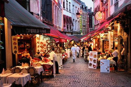 belgie: Brussel - 1 SEPTEMBER: Avond over restaurants op 1 september 2009 in Brussel. Rue des Bouchers straat is beroemd om zijn talrijke restaurants met gerechten vanaf elke plek in de wereld.