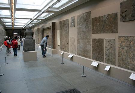 sean: Londra - 20 gennaio 2009: Arte assira del 20 gennaio 2009 nel British Museum, London. Secondo giornalista Sean Williams, la caccia al Leone assiro fregi sono tra i primi dieci motivi per visitare il British Museum. Editoriali