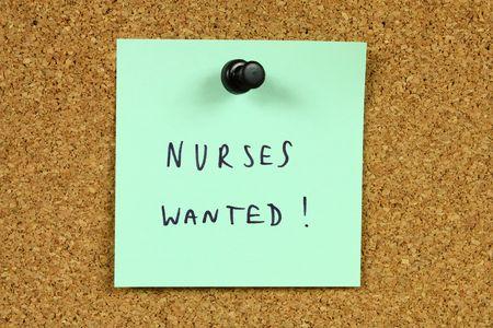 new recruit: Nota verde cubri� a un tabl�n de anuncios de oficina. Enfermeras quer�a - informaci�n de oportunidades y de contrataci�n de carrera m�dica.