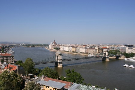 szechenyi: Budapest, ciudad capital de Hungr�a. Vista a�rea de Danubio con el famoso puente de Szechenyi y el Parlamento.