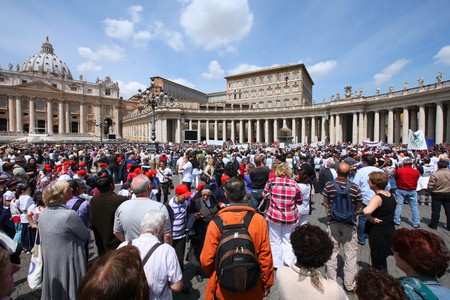 peregrinación: Roma - el 9 de mayo: Grupos de peregrinos que se reunieron el 9 de mayo de 2010 en la Plaza de San Pedro en el Vaticano. Miles de personas est�n rezando junto con el Papa Benedicto XVI sobre el famoso Angelus del domingo.  Editorial