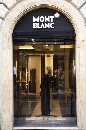 luxury goods: Roma - el 12 de mayo: Boutique de Montblanc el 12 de mayo de 2010 en Roma, Italia. Richemont, que es propietaria de la marca alemana de pluma es la empresa de bienes de lujo m�s grande del mundo por volumen de ventas (datos de 2007).  Editorial