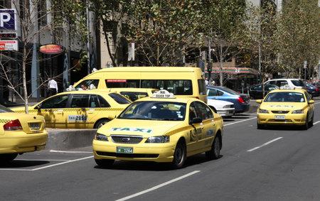taxi: MELBOURNE - el 9 de febrero de 2009: Cabinas amarillos en Melbourne el 9 de febrero de 2009. Licencia de taxi en Melbourne es uno de los m�s caros del mundo, valorada en alrededor de $464.000.  Editorial