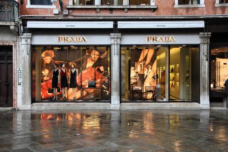 ヴェネツィア - 2009 年 9 月 16 日: プラダ 16.09.2009 にヴェネツィア高級ファッション ブティック。Trendbird プラダによると上の 10 最も貴重な高級ブランド、値が約 30 億米ドルです。 報道画像