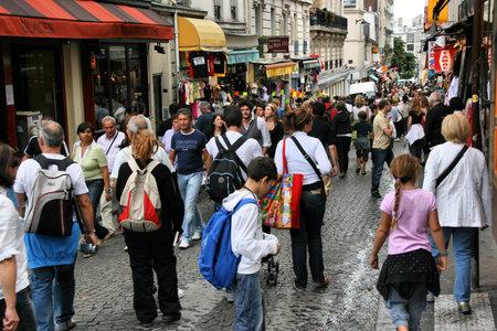 montmartre: PARIS - 19 ao�t : Vue du toujours bond�s rue de Steinkerque le 19 ao�t 2008 � Montmartre, Paris. Montmartre est une des destinations plus populaires � Paris, avec la rue de Steinkerque �tant son ultime de la rue commer�ante.  �ditoriale