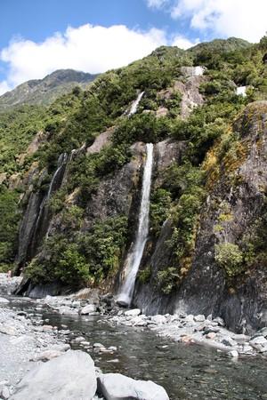 franz josef: Parque Nacional de Westland, Nueva Zelanda. Hermosas cascadas peque�as cerca de Franz Josef Glacier. Bosques templados de bush.  Foto de archivo