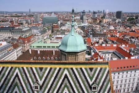 wiedeń: Widok Satelita Vienna - Stare miasto w powiecie tam i finansowych drapaczy chmur w tle. Stephansdom katedry dachu na pierwszym planie. Zdjęcie Seryjne
