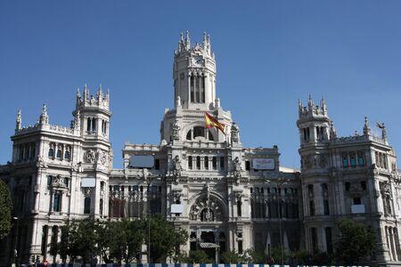 oficina antigua: Hermosa arquitectura en Madrid. Palacio de telecomunicaciones - antigua Oficina de correos, sirviendo como el Ayuntamiento de la ciudad. Plaza de la Cibeles.  Foto de archivo
