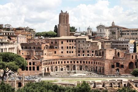 columnas romanas: Roma, Italia. Romano antigua ruinas en Foro Traiano (el Foro de Trajano).