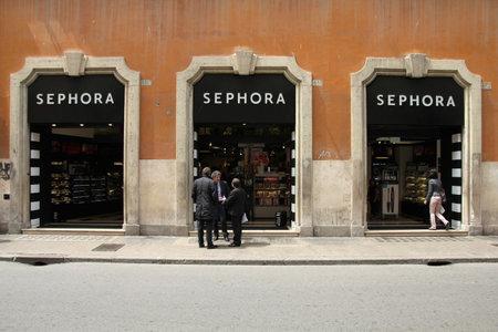luxury goods: Roma - el 12 de mayo: Sephora cosm�ticos tienda el 12 de mayo de 2010 en Roma. Marca Sephora es propiedad de LVMH, uno de los conglomerados de mercanc�as de lujo m�s grandes en el mundo con los ingresos de 17bn euros para el 2009.