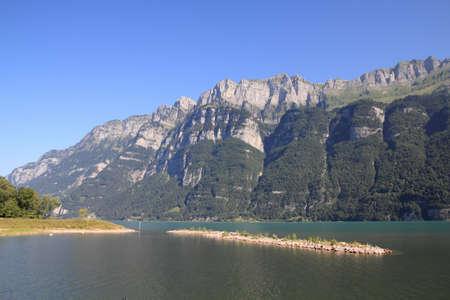 st  gallen: Suiza - lago de Walensee en el cant�n St. Gallen con Churfirsten cordillera en segundo plano.