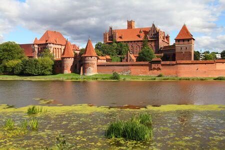 ufortyfikować: Zamek Malbork Pomorza w regionie Polski. Åšwiatowego dziedzictwa UNESCO. Rycerze zakonu krzyżackiego Forteca znany również jako Marienburg. Rzeka Nogat.