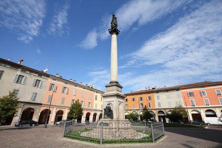 piacenza: Piacenza, Italia - regi�n Emilia-Roma�a. Columna de la Virgen Mar�a en la Piazza Duomo.