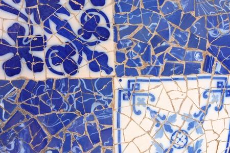 trencadis: Mosaico azul en Parque Guell Antoni Gaud� - detalle de Barcelona. Textura de fondo art�stico de trencadis.