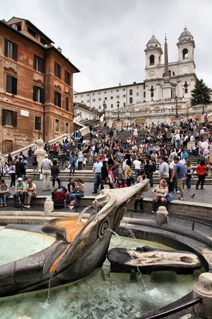 spagna: ROME - MAY 12: Tourists strolling on May 12, 2010 in Rome, Italy. Piazza di Spagna with its fountain and Spanish Steps is one of the most iconic city squares in the world and one of Italys top tourism destinations.