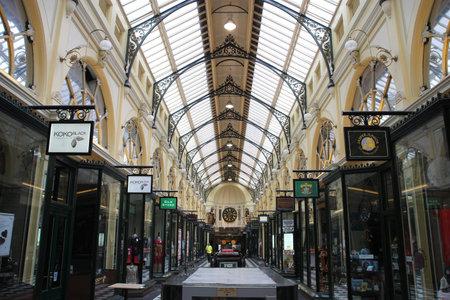통로: MELBOURNE - FEBRUARY 10: Royal Arcade on February 10, 2009 in Melbourne, Australia. The heritage shopping passage is one of the most famous tourist destinations in Melbourne. 에디토리얼