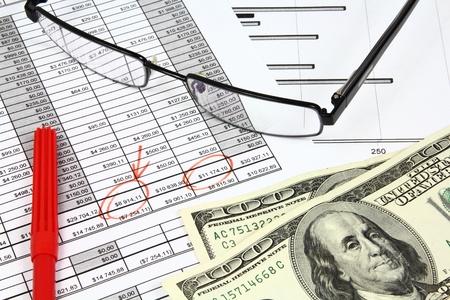 equidad: Composici�n del negocio. An�lisis del mercado - cuenta de resultados, gr�ficos de finanzas, dinero de d�lares y un l�piz rojo. Foto de archivo
