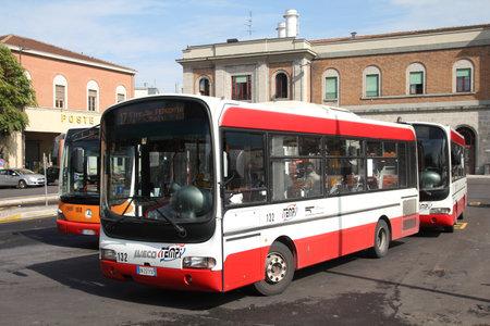 piacenza: PIACENZA - 5 de octubre: Autob�s Iveco y autob�s Mercedes en segundo plano el 5 de octubre de 2010 en Piacenza, Italia. En 2009, Iveco fabrica 2,256 autobuses y Mercedes (Daimler autobuses) es su principal competidor.
