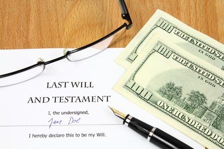 testament: �ltima voluntad y testamento con un nombre ficticio y firma. Dinero de d�lar de documento, Estados Unidos, gafas y pluma estilogr�fica.