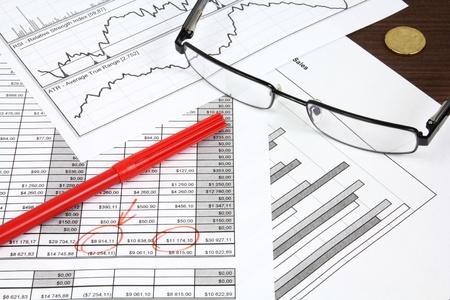 analyse: Composition d'affaires. Analyse financi�re - compte de r�sultat, un stylo rouge et des cartes imprim�es. Banque d'images