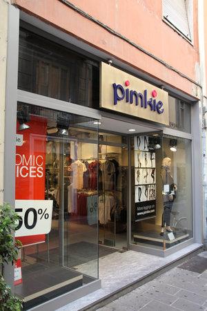 piacenza: PIACENZA - 5 de octubre: Pimkie tienda de moda el 5 de octubre de 2010 en Piacenza, Italia. Progresa constantemente, Pimkie actualmente gestiona 753 tiendas en 26 pa�ses. Editorial