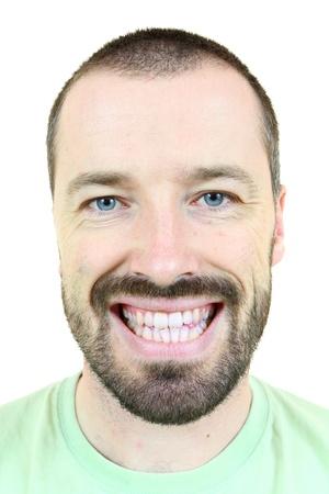 bigote: Hombre sonriente feliz. Adulto joven cerca de sus 30 a�os - retrato aislada sobre fondo blanco. Hombre de pelo corto.