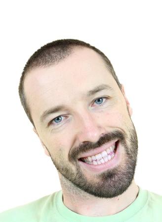 Hombre feliz con la cabeza inclinada. Adulto joven cerca de sus 30 a�os - retrato aislada sobre fondo blanco. Hombre de pelo corto. Foto de archivo - 9577744