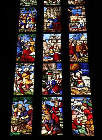 Catedral de Mil�n - historias b�blicas en vidrieras en el famoso monumento de Italia Foto de archivo - 9668279