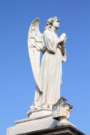 tumbas: Cuba - estatua del �ngel en el cementerio de Cienfuegos.