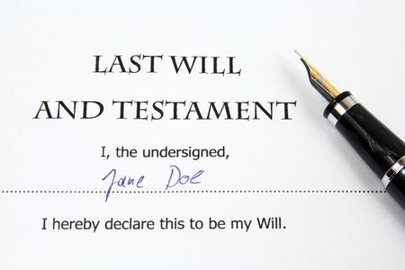 Letzter Wille und Testament mit einem fiktiven Namen und Unterschrift. Dokumenten-und Füllfederhalter.
