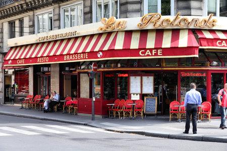 brasserie restaurant: PARIS - 22 juillet : Cafe de La Rotonde le 22 juillet 2011 � Paris, France. Cafe de la Rotonde est un �tablissement typique de Paris, une des plus grandes r�gions m�tropolitaines en Europe.