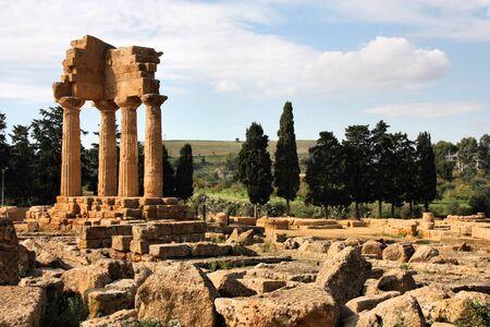 templo griego: Isla de Agrigento, Sicilia en Italia. Famoso Valle dei Templi. Templo griego - restos del templo de C�stor y P�lux. Foto de archivo