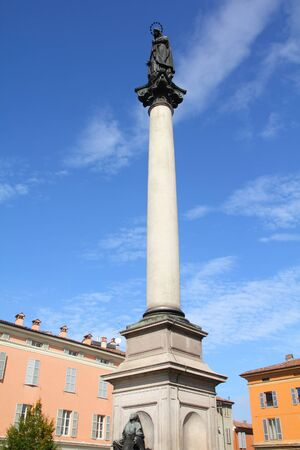 piacenza: Piacenza, Italia - regi�n Emilia-Roma�a. Columna de la Virgen Mar�a.