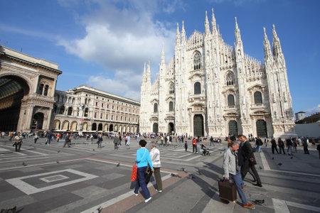 milánó: MILAN - október 6: A turisták a Piazza Duomo október 6-án, 2010-ban Milánóban, Olaszországban. 2006-tól a milánói volt a 42. leglátogatottabb város világszerte 1,9 millió éves nemzetközi látogatók. Sajtókép